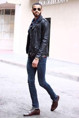 Come indossare e abbinare calzini marrone scuro: Metti una giacca da moto in pelle nera e calzini marrone scuro per una sensazione di semplicità e spensieratezza. Ti senti creativo? Completa il tuo outfit con un paio di scarpe brogue in pelle marroni.