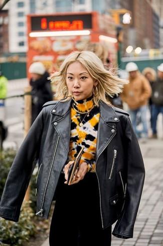 Come indossare: giacca da moto in pelle nera, abito da sera effetto tie-dye nero, orecchini dorati
