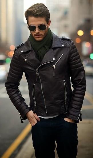Per creare un adatto a un pranzo con gli amici nel weekend mostra il tuo stile in una giacca da moto in pelle nera con jeans blu scuro.