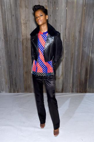 Giacca da moto in pelle nera maglione girocollo a righe verticali rosso e blu scuro pantaloni eleganti di raso neri large 29939