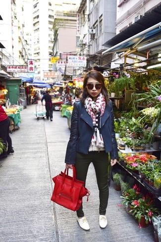 Come indossare e abbinare: giacca da moto blu scuro, jeans aderenti verde scuro, scarpe oxford in pelle bianche, borsa shopping in pelle rossa
