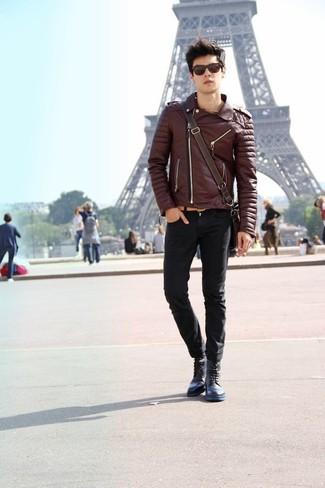 Come indossare e abbinare: giacca da moto in pelle marrone scuro, jeans aderenti neri, stivali casual in pelle blu scuro, borsa a tracolla in pelle marrone scuro