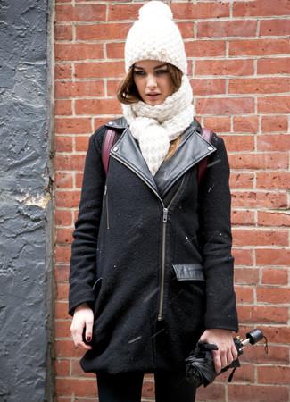 Come indossare e abbinare un cuffia lavorato a maglia bianco: Indossa una giacca da moto di lana nera e un cuffia lavorato a maglia bianco per un outfit inaspettato.