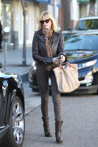 Come indossare: giacca da moto in pelle nera, jeans grigi, stivaletti in pelle neri, borsa shopping di tela marrone chiaro