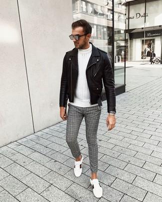 Come indossare e abbinare: giacca da moto in pelle nera, maglione a trecce bianco, chino scozzesi grigi, sneakers basse in pelle stampate bianche