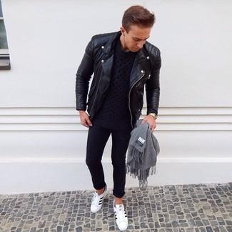 Come indossare e abbinare: giacca da moto in pelle nera, maglione a trecce blu scuro, jeans aderenti neri, sneakers basse in pelle bianche e nere