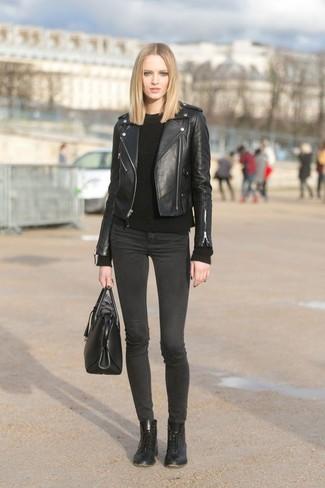 Come indossare: giacca da moto in pelle nera, maglione a trecce nero, jeans aderenti grigio scuro, stivali piatti stringati in pelle neri
