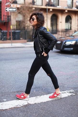 Come indossare: giacca da moto in pelle nera, maglione a trecce nero, jeans aderenti strappati neri, sneakers basse rosse