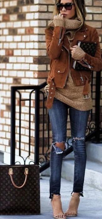Look alla moda per donna: Giacca da moto in pelle scamosciata marrone, Maglione con scollo a cappuccio marrone chiaro, Jeans aderenti strappati blu scuro, Sandali con tacco in pelle beige
