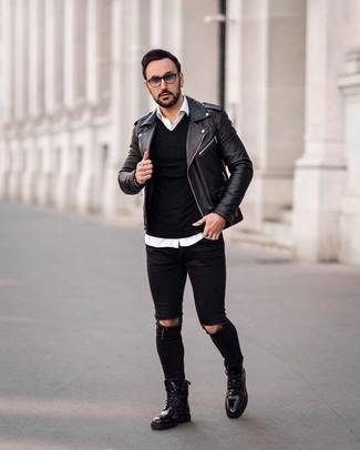 Come indossare e abbinare: giacca da moto in pelle nera, maglione con scollo a v nero, camicia a maniche lunghe bianca, jeans aderenti strappati neri