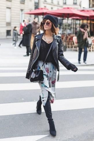 Come indossare: giacca da moto in pelle nera, maglione con scollo a v nero, gonna longuette a fiori grigia, stivali sopra il ginocchio in pelle scamosciata neri