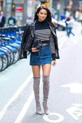 Trend da donna 2020: Prova ad abbinare una giacca da moto in pelle nera con una gonna con bottoni di jeans blu per essere casual. Mettiti un paio di stivali sopra il ginocchio in pelle scamosciata grigi per mettere in mostra il tuo gusto per le scarpe di alta moda.