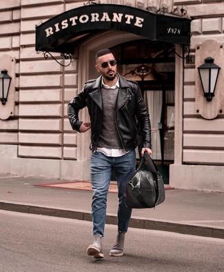 Come indossare e abbinare un maglione girocollo grigio scuro: Prova ad abbinare un maglione girocollo grigio scuro con jeans strappati blu per un look comfy-casual. Scegli un paio di stivali chelsea in pelle scamosciata grigi per dare un tocco classico al completo.