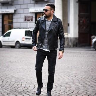 Come indossare e abbinare: giacca da moto in pelle nera, maglione girocollo grigio, camicia a maniche lunghe bianca, jeans neri