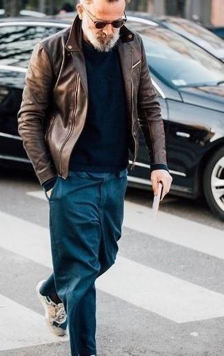 Trend da uomo 2020 quando fa freddo: Indossa una giacca da moto in pelle marrone scuro e chino foglia di tè per un fantastico look da sfoggiare nel weekend. Aggiungi un tocco fantasioso indossando un paio di scarpe sportive beige.