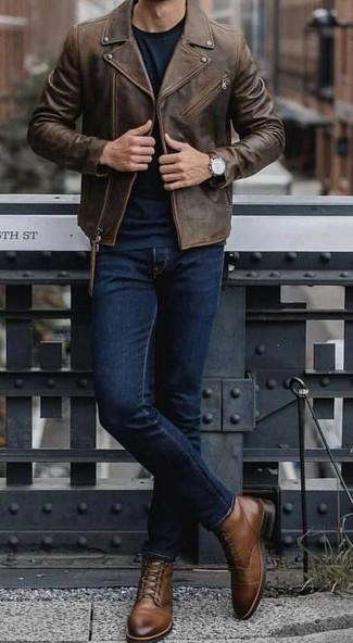 Come indossare e abbinare: giacca da moto in pelle marrone scuro, maglione girocollo verde scuro, jeans blu scuro, stivali casual in pelle marroni