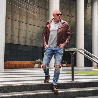 Come indossare e abbinare: giacca da moto in pelle marrone, maglione girocollo grigio, jeans strappati blu, stivali casual in pelle marroni