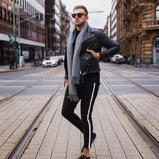 Come indossare e abbinare un maglione girocollo nero: Indossa un maglione girocollo nero con jeans neri per un look raffinato per il tempo libero. Scegli un paio di scarpe sportive nere per un tocco più rilassato.