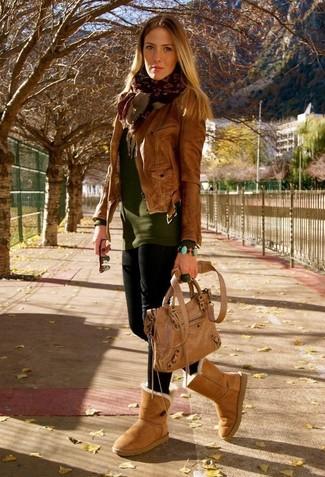 Trend da donna in modo rilassato: Coniuga una giacca da moto in pelle marrone con leggings neri per essere casual. Aggiungi un tocco fantasioso indossando un paio di stivali ugg marrone chiaro.