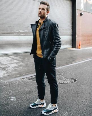 Look alla moda per uomo: Giacca da moto in pelle nera, Maglione girocollo senape, Pantaloni sportivi neri, Scarpe sportive multicolori