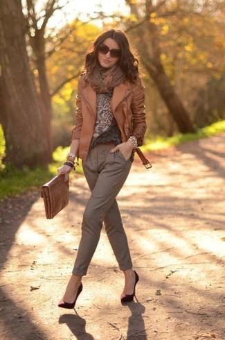 Come indossare e abbinare: giacca da moto in pelle marrone, maglione girocollo leopardato marrone, pantaloni stretti in fondo marroni, décolleté in pelle scamosciata bordeaux