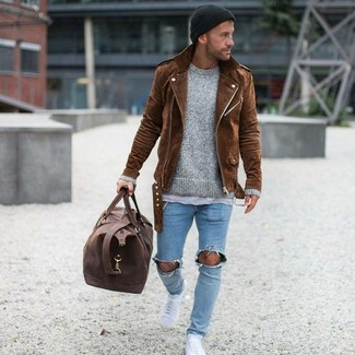 Come indossare e abbinare: giacca da moto in pelle scamosciata marrone, maglione girocollo grigio, t-shirt girocollo grigia, jeans aderenti strappati azzurri