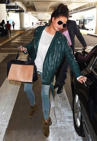 Come indossare: giacca da moto in pelle verde scuro, maglione oversize bianco, jeans aderenti azzurri, stivaletti in pelle scamosciata verde oliva
