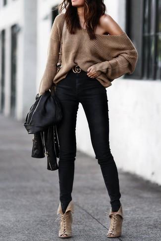 Come indossare: giacca da moto in pelle nera, maglione oversize marrone, jeans aderenti neri, stivaletti con lacci in pelle scamosciata beige