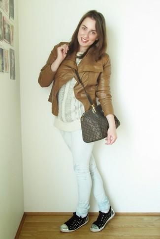 Come indossare e abbinare: giacca da moto in pelle terracotta, maglione oversize lavorato a maglia bianco, jeans aderenti stampati bianchi, sneakers basse nere