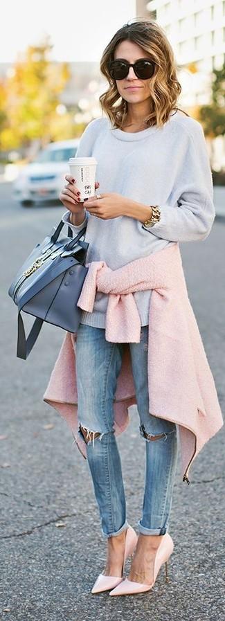 Come indossare: giacca da moto di lana rosa, maglione oversize azzurro, jeans aderenti strappati azzurri, décolleté in pelle rosa