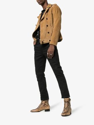 Come indossare e abbinare: giacca da moto in pelle scamosciata marrone chiaro, camicia a maniche corte stampata nera e bianca, jeans neri, stivali chelsea in pelle con stampa serpente marrone chiaro