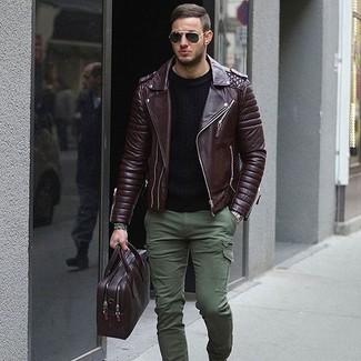Come indossare: giacca da moto in pelle marrone scuro, maglione girocollo nero, pantaloni cargo verde oliva, ventiquattrore in pelle melanzana scuro