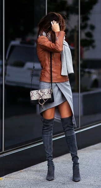 Come indossare e abbinare stivali sopra il ginocchio in pelle scamosciata grigio scuro: Prova a combinare una giacca da moto in pelle terracotta con una minigonna con spacco grigia per le giornate pigre. Calza un paio di stivali sopra il ginocchio in pelle scamosciata grigio scuro per mettere in mostra il tuo gusto per le scarpe di alta moda.