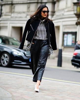Come indossare e abbinare: giacca da moto di lana nera, camicetta manica lunga a quadri nera e bianca, pantaloni larghi in pelle neri, décolleté in pelle bianchi