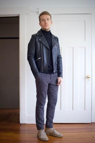 Trend da uomo 2020: Mostra il tuo stile in una giacca da moto in pelle nera con chino blu scuro per affrontare con facilità la tua giornata. Indossa un paio di chukka in pelle scamosciata beige per dare un tocco classico al completo.