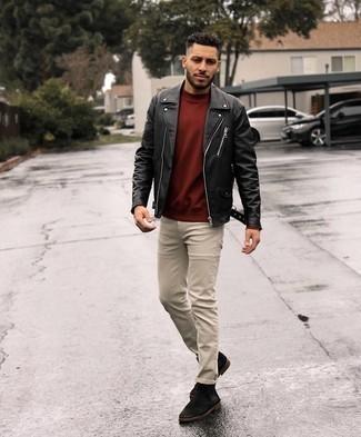 Trend da uomo 2021: Abbinare una giacca da moto in pelle nera e jeans beige è una comoda opzione per fare commissioni in città. Sfodera il gusto per le calzature di lusso e opta per un paio di chukka in pelle scamosciata marrone scuro.