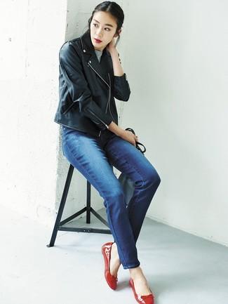 Come indossare: giacca da moto in pelle nera, maglione a maniche corte grigio, jeans blu, ballerine in pelle rosse