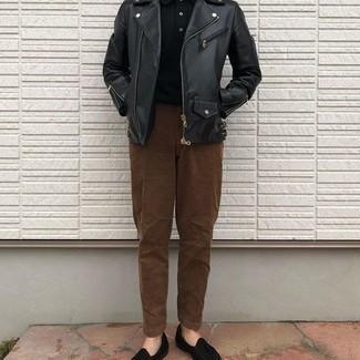 Trend da uomo 2020 in autunno 2020: Coniuga una giacca da moto in pelle nera con chino marroni per vestirti casual. Perché non aggiungere un paio di mocassini con nappine di velluto neri per un tocco di stile in più? Questo è senza dubbio il look da copiare questo autunno.