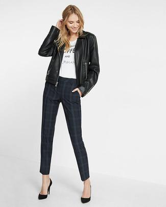 Come indossare e abbinare pantaloni skinny scozzesi neri: Punta su una giacca da moto in pelle nera e pantaloni skinny scozzesi neri per un look raffinato per il tempo libero. Décolleté in pelle scamosciata neri sono una buona scelta per completare il look.