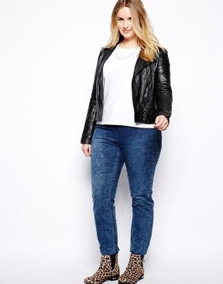 Come indossare e abbinare: giacca da moto in pelle nera, t-shirt girocollo bianca, jeans lavaggio acido blu, stivaletti in pelle scamosciata leopardati marrone chiaro