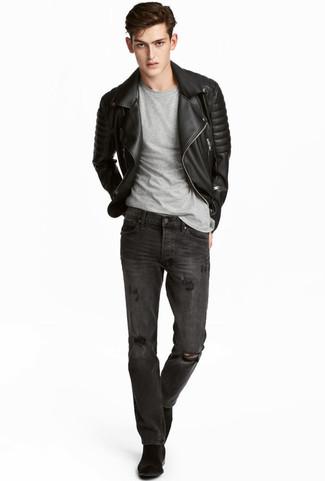 Come indossare e abbinare: giacca da moto in pelle trapuntata nera, t-shirt girocollo grigia, jeans strappati grigio scuro, stivali chelsea in pelle scamosciata neri