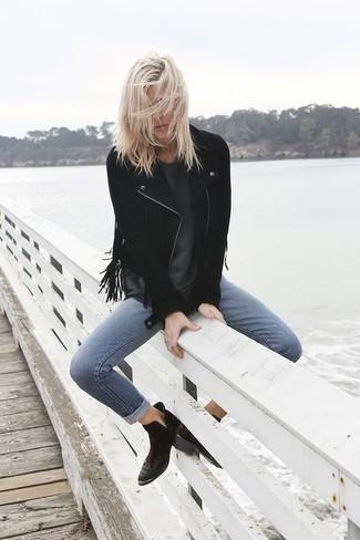 Come indossare: giacca da moto in pelle scamosciata con frange nera, t-shirt girocollo grigio scuro, jeans aderenti blu, stivaletti in pelle scamosciata neri