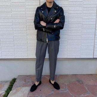 Trend da uomo 2020 in autunno 2020: Prova a combinare una giacca da moto in pelle nera con pantaloni eleganti grigio scuro per un look davvero alla moda. Scegli uno stile classico per le calzature e prova con un paio di mocassini eleganti di velluto neri. È eccellente scelta per le temperature autunnali!