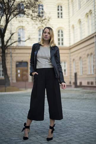 324df686fb0c ... Look alla moda per donna: Giacca da moto in pelle trapuntata nera, Top  corto