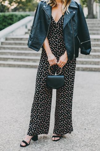 Come indossare: giacca da moto in pelle nera, tuta a fiori nera, sandali con tacco in pelle scamosciata neri, pochette in pelle nera