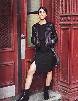 Come indossare e abbinare: giacca da moto in pelle nera, vestito aderente nero, stivali chelsea in pelle neri, borsa a tracolla in pelle nera