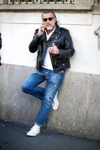 Trend da uomo 2020 in modo rilassato: Per un outfit della massima comodità, vestiti con una giacca da moto in pelle nera e jeans strappati blu. Questo outfit si abbina perfettamente a un paio di sneakers alte di tela bianche.