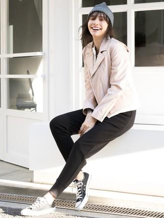 Come indossare: giacca da moto in pelle rosa, pantaloni sportivi neri, sneakers basse di tela nere e bianche, cuffia grigio