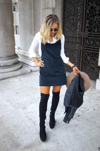 Come indossare: giacca da moto in pelle nera, scamiciato nero, camicia elegante bianca, stivali sopra il ginocchio in pelle scamosciata neri