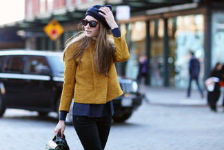Questo abbinamento di una giacca da moto senape e jeans aderenti neri attira l'attenzione per le ragioni giuste.